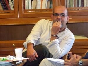 Alexis Ravelo en la Biblioteca de la Universidad