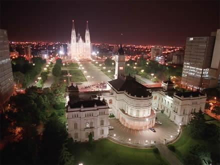 Imagen nocturna de la Catedral y el Ayuntamiento de La Plata